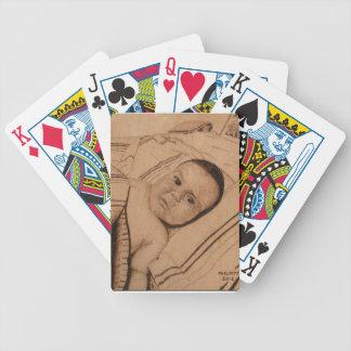 niña baraja de cartas