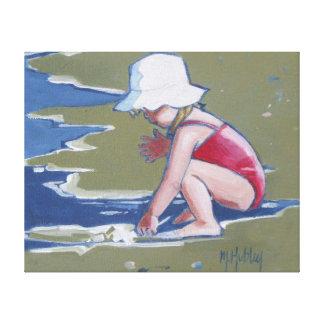 Niña con el gorra en la playa con las ondas lienzo envuelto para galerías