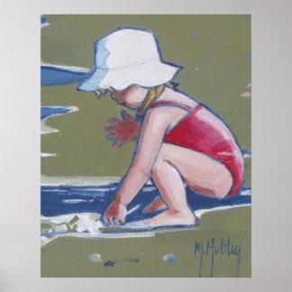 Niña con el gorra en la playa con las ondas impresiones