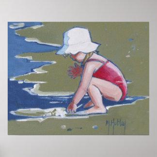 Niña con el gorra en la playa con las ondas posters