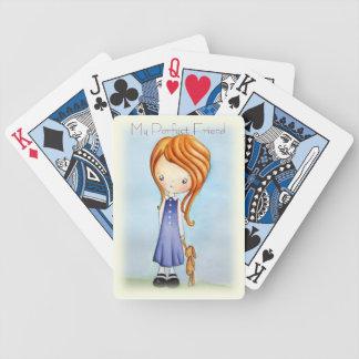Niña con los naipes del amigo de la felpa del cone baraja cartas de poker