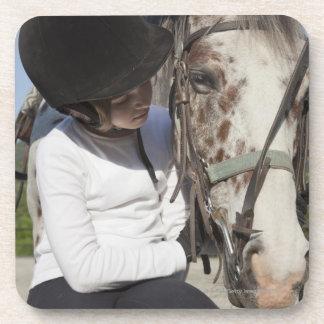 Niña con su caballo posavasos de bebidas