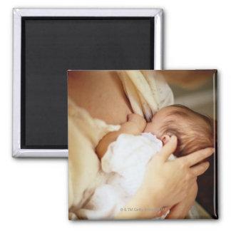 Niña de amamantamiento de la madre (1-3 meses) imán cuadrado