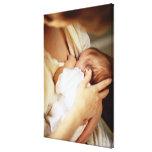 Niña de amamantamiento de la madre (1-3 meses) impresión en lienzo estirada