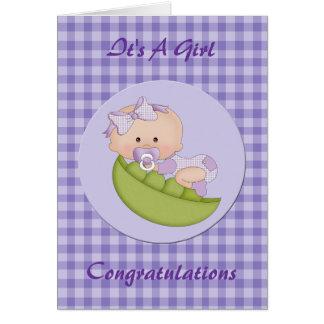 Niña de la enhorabuena en una púrpura de la vaina tarjeta