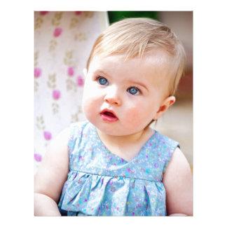 Niña de ojos azules plantilla de membrete