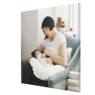 Niña de pecho-alimentación de la madre lona envuelta para galerias