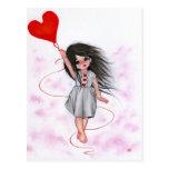 Niña del globo del corazón del amor en postal del