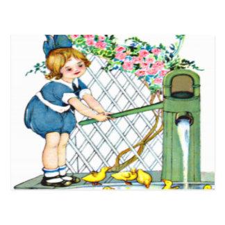 Niña del vintage, polluelos amarillos, patos postales