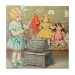 Niña del vintage que juega con las muñecas tejas  cerámicas