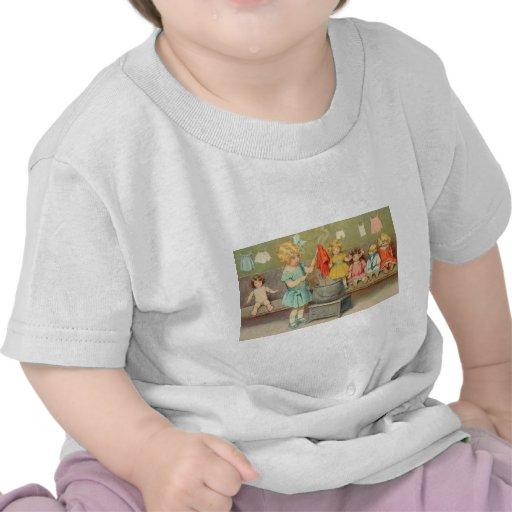 Niña del vintage que juega con las muñecas camiseta