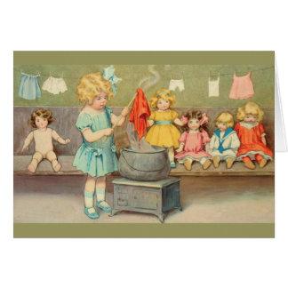 Niña del vintage que juega con las muñecas tarjeta