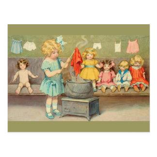 Niña del vintage que juega con las muñecas tarjetas postales