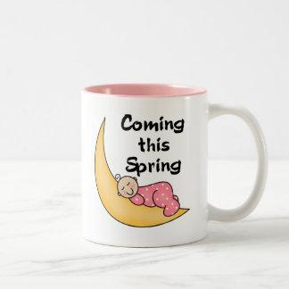 Niña el la primavera de la luna taza de café de dos colores
