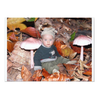 Niña exploradora en el bosque invitación 12,7 x 17,8 cm