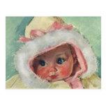 Niña linda del vintage que lleva un falso abrigo d tarjetas postales