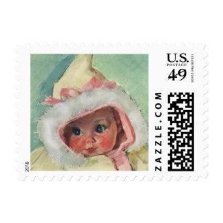 Niña linda del vintage que lleva un falso abrigo sello postal
