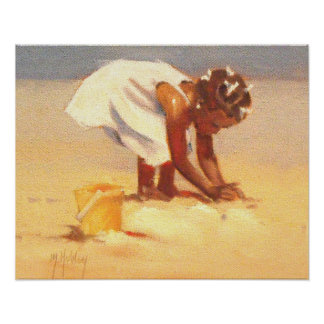 Niña linda que juega en arena posters