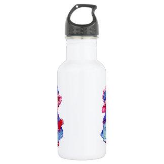 Niña linda que lleva a cabo el corazón botella de agua