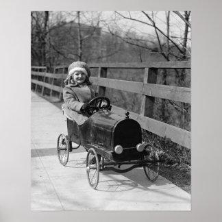 Niña que conduce el pedal Car 1922