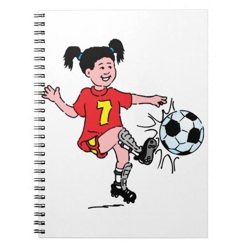 Niña que juega a fútbol libro de apuntes con espiral