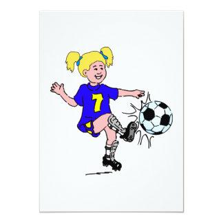 """Niña que juega a fútbol invitación 5"""" x 7"""""""