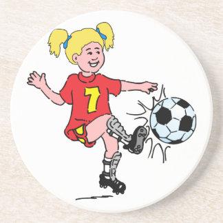 Niña que juega a fútbol posavasos manualidades