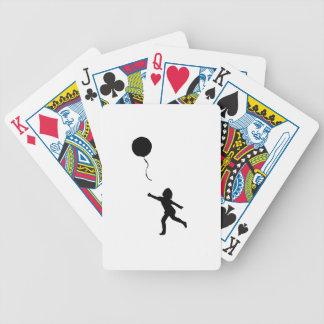 Niña que juega con el globo baraja de cartas