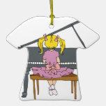 niña que juega el piano ornato