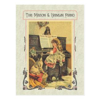 Niña que juega el piano para perseguir postales