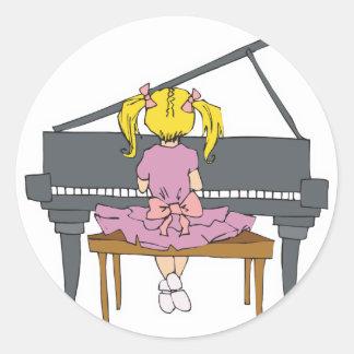 niña que juega el piano pegatina redonda