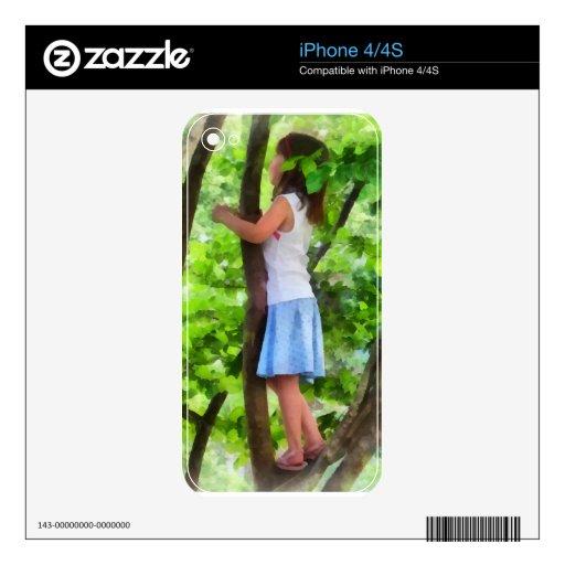 Niña que juega en árbol iPhone 4 skins