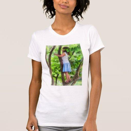 Niña que juega en árbol t shirts
