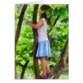 Niña que juega en árbol felicitaciones
