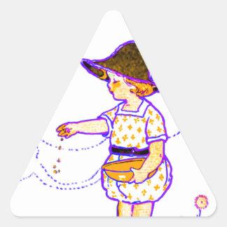 Niña que le alimenta polluelos del bebé pegatina triangular