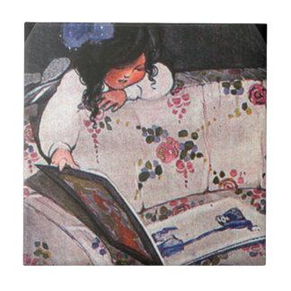 Niña que lee sobre el sofá azulejo cuadrado pequeño