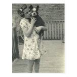 Niña que sostiene su postal del perro