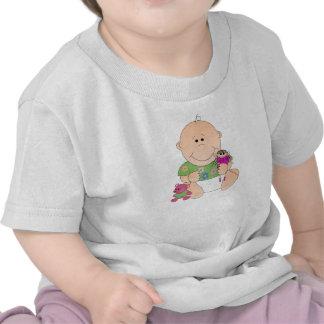 Niña sonriente linda con la muñeca del het y la camiseta