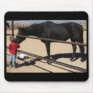 Niña y caballo excelente negro tapete de raton