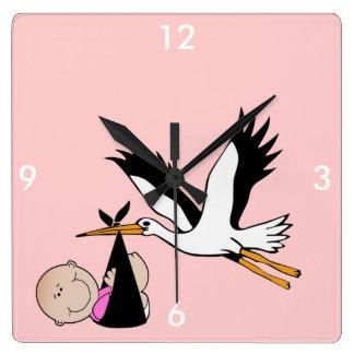 Niña y cigüeña recién nacidas reloj