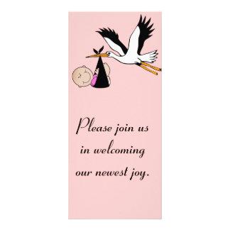 Niña y cigüeña recién nacidas tarjeta publicitaria