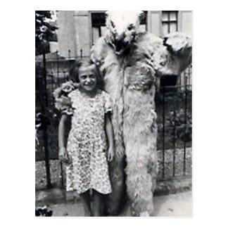 niña y monster4 tarjeta postal