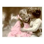 Niña y muchacho adorables tarjeta postal