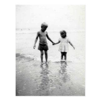 niña y muchacho que sostienen la postal de las man