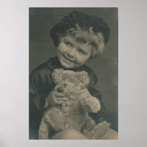 niña y oso de peluche póster