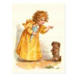 Niña y perro casero bonitos de la postal del vinta