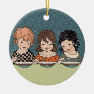 Niñas del vintage que comen a hermanas de la sopa adorno navideño redondo de cerámica