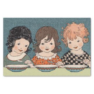 Niñas del vintage que comen a hermanas de la sopa papel de seda pequeño