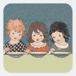 Niñas del vintage que comen a hermanas de la sopa pegatina cuadrada
