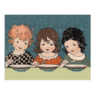 Niñas del vintage que comen a hermanas de la sopa postal